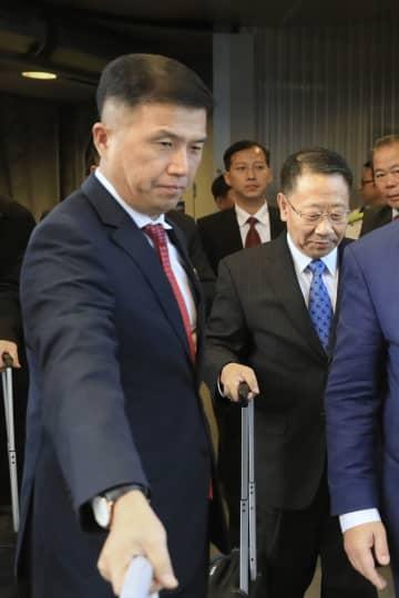 3日、スウェーデン首都ストックホルム近郊の空港に到着した北朝鮮の金明吉首席代表(右)とクォン・ジョングン前外務省北米局長(共同)