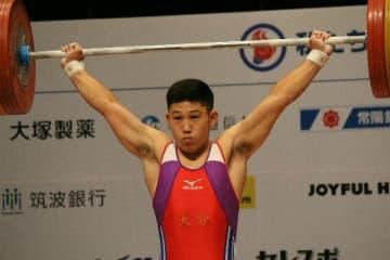 重量挙げ少年男子73キロ級のスナッチ1回目の試技で112キロを持ち上げる首藤=茨城県高萩市の高萩市文化会館