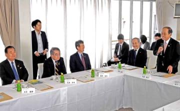 京都商工会議所の立石会頭(左)らを前に、地元代表として歓迎する大津商議所の大道会頭(右)=大津市・大津港