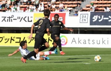 後半5分、ファジアーノ岡山の仲間隼斗(白のユニホーム)がゴールを決め、1―1とする=駒沢陸上競技場
