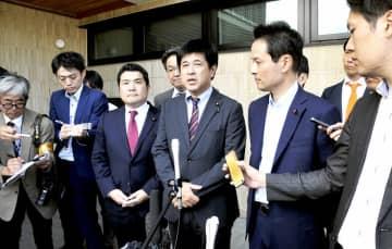 福井県高浜町を訪問後、記者団の取材に応じる野党の関電疑惑追及チーム=10月5日、同町役場前