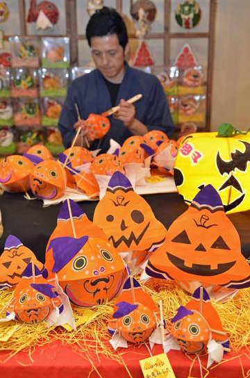 津軽藩ねぷた村が数量限定で発売した「ハロウィン金魚ねぷた」