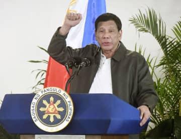 6日、フィリピン・ダバオで記者会見するドゥテルテ大統領(共同)