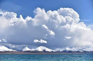 紺碧に輝く天空の湖ナムツォをゆく チベット自治区