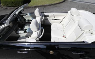 「祝賀御列の儀」で天皇、皇后両陛下が乗車されるオープンカーの座席=7日午前、皇居