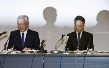 金品受領問題についての記者会見でうつむく関西電力の八木誠会長(左)と岩根茂樹社長=2日