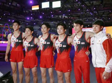 男子予選の演技を終え、記念撮影する(左から)橋本大輝、谷川翔、萱和磨、神本雄也、谷川航ら=シュツットガルト(共同)