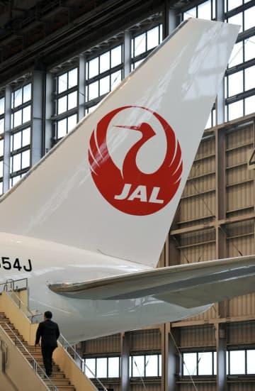 航空機の尾翼に描かれた日本航空のロゴマーク=2011年