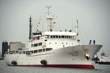 新潟港に入港した漁業取締船「おおくに」=8日午前10時31分