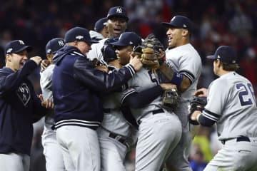 リーグ優勝決定シリーズ進出を決め、喜ぶヤンキースの選手ら=ミネアポリス(USA TODAY・ロイター=共同)