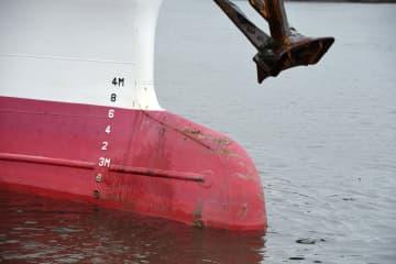 水産庁の漁業取締船「おおくに」の船首下部。球状に突き出た部分が北朝鮮漁船と衝突した可能性があることが分かった=8日午前、新潟港
