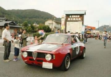 湯郷温泉街を訪れたクラシックカー(画像の一部を加工しています)
