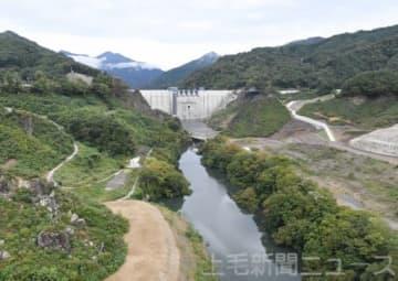 八ツ場大橋から望むダムの堤体付近(写真上、8日撮影)。試験湛水開始時(写真下、1日撮影)と比べ、水位の上昇がうかがえる