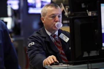 ニューヨーク証券取引所のトレーダー=8日(AP=共同)