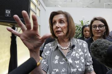 記者団に話す米民主党のペロシ下院議長=8日、シアトル(AP=共同)