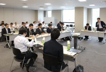 AIやIoTなどデジタル技術の活用について意見を交わす専門家ら(京都市下京区・京都経済センター)