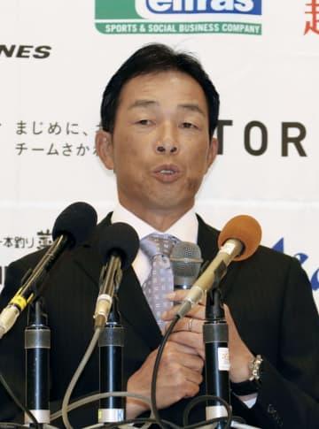 監督就任の記者会見で意気込みを語る四国アイランドリーグplus高知の吉田豊彦新監督=9日、高知市