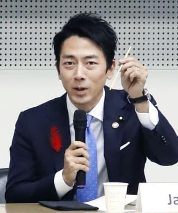 海洋プラスチックごみ削減に関するG20の事務レベル会合で、ストローを手に取り発言する小泉環境相=9日午後、東京都渋谷区