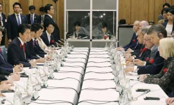首相官邸で開かれた、環境問題に取り組む世界の産業界や研究団体の有識者らとの会合=9日午後