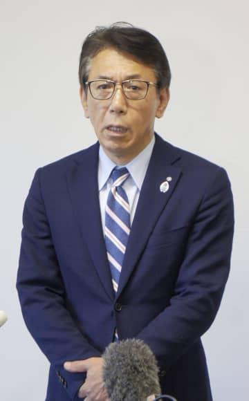 関西電力の八木誠会長らの辞任を巡り、取材に応じる福井県高浜町の野瀬豊町長=9日午後、高浜町
