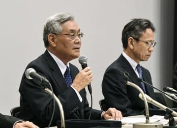 金品受領問題を受け、辞任することを発表する関西電力の八木誠会長。奥は岩根茂樹社長=9日午後3時2分、大阪市