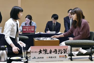 第38期女流本因坊戦5番勝負の第1局で、上野愛咲美女流棋聖(左)に先勝した藤沢里菜女流本因坊=9日午後、岩手県花巻市