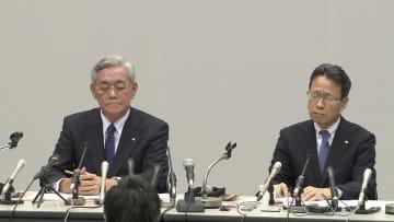 (左から)辞任する八木会長と岩根社長
