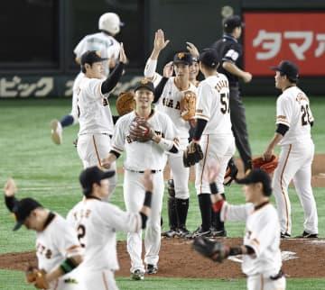 阪神に勝利し、タッチを交わす巨人ナイン=東京ドーム