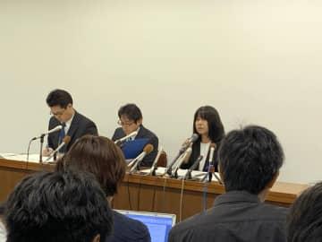 (写真右)会見で問題について説明する東須磨小の仁王校長(写真:ラジオ関西)