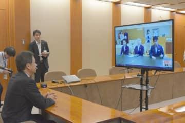 山本一太群馬県知事らとテレビ会議システムを使って協議する大井川和彦知事=県庁