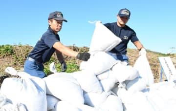 台風19号の直撃に備え、市民が使う土のうを準備する市原市消防局の職員=9日午後、市原市妙香