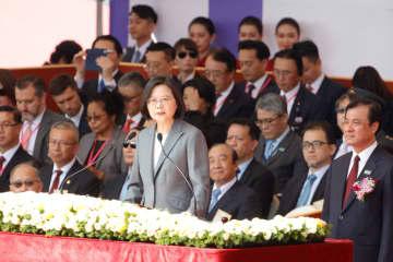 演説する台湾の蔡英文総統=10日、台北(ロイター=共同)