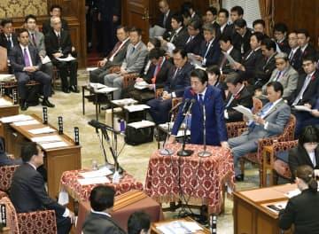 衆院予算委で、自民党の岸田政調会長(左下)の質問に答える安倍首相=10日午前