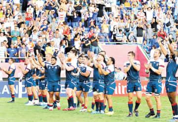 試合後のあいさつで応援に感謝を示す米国の選手たち=9日、熊谷ラグビー場