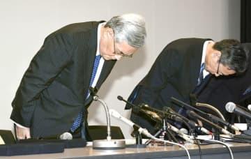 記者会見を終え、一礼する関西電力の八木誠会長(左)と岩根茂樹社長=10月9日午後4時35分、大阪市内