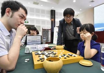 夢百合杯世界囲碁オープン戦の本戦トーナメントで中国の李軒豪七段(左)に敗れた仲邑菫初段=10日、北京(共同)