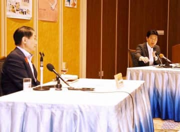 豚コレラ対策などで意見を交わす伊原木知事(右)と平井知事