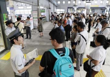 9月に台風15号の影響で、首都圏のJR在来線の「計画運休」が実施され、品川駅で運転再開を待つ人たち=9月9日