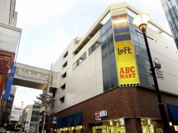 2021年2月末で営業終了することになった西武福井店の新館。連絡通路で本館(左)とつながっている=10月10日、福井県福井市中央1丁目