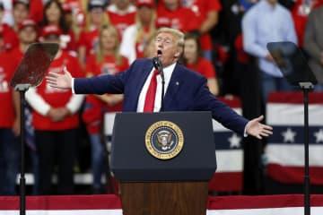 10日、米ミネソタ州ミネアポリスでの支持者集会で演説するトランプ大統領(AP=共同)