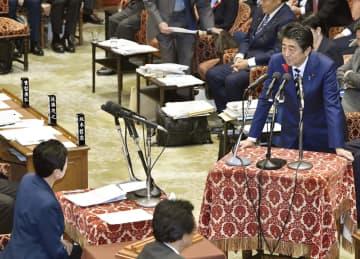 衆院予算委で、立憲民主党の辻元清美氏(左下)の質問に答える安倍首相=11日午前