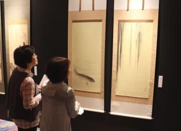 精密に複製された円山応挙の「龍門鯉魚図」(亀岡市余部町・ガレリアかめおか)
