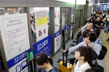 台風19号の影響で、変更を求める利用客らで長い列ができたJR岡山駅の切符売り場=11日午後5時25分