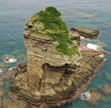 (資料写真)与那国町の立神岩=2019年6月17日(小型無人機で撮影)