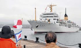 室蘭港を愛する会メンバーが歓迎する中、入港する青雲丸