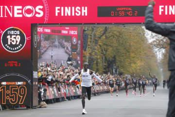 特別レースで非公認ながら、マラソン史上初となる2時間切りを達成した男子マラソン世界記録保持者のエリウド・キプチョゲ=12日、ウィーン(ロイター=共同)