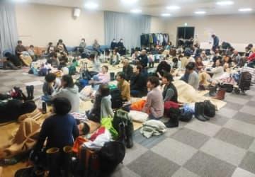 大雨特別警報が出された糸魚川市の避難所に身を寄せる市民ら=12日午後9時すぎ、同市の能生生涯学習センター