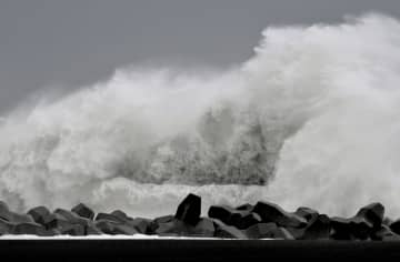 台風19号の影響で、静岡市の海岸に打ち寄せる大波=12日午前10時7分