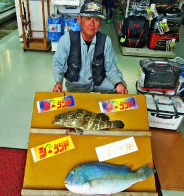 屋我地島で66センチ、5.03キロのマクブと54センチ、2.51キロのミーバイを釣った友寄隆さん=6日