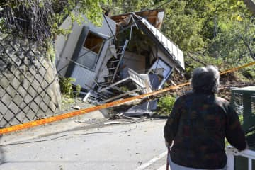 台風19号による土砂崩れで倒壊した民家=13日午前9時16分、相模原市緑区